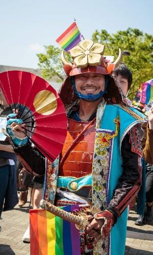 26.abr.2015 - Participante da parada do orgulho de LGBT de Tóquio se fantasia de samurai customizado para desfilar neste domingo (26). Milhares de pessoas pertencentes a minorias sexuais LGBT e simpatizantes marcharam pedindo uma sociedade livre de preconceito e discriminação