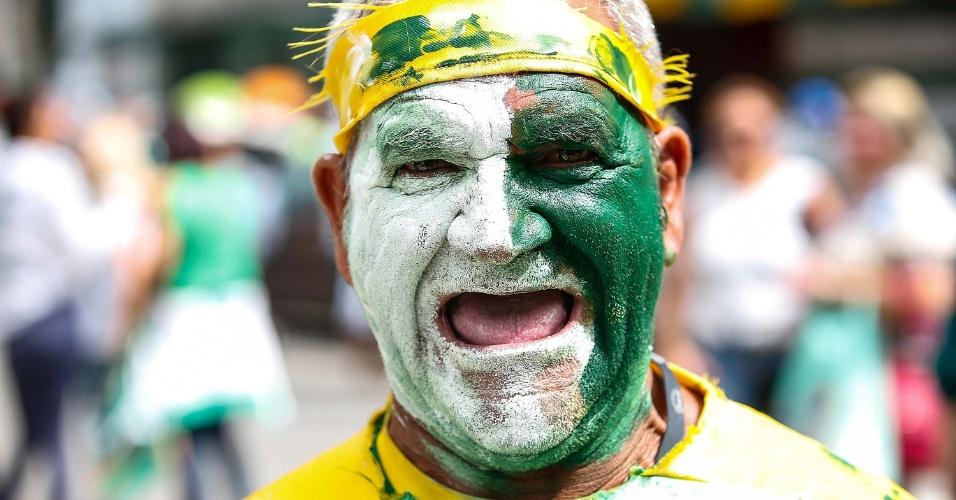26.abr.2015 - Torcedor chega ao estádio do Palmeiras para o clássico contra o Santos no primeiro jogo da final do Campeonato Paulista 2015, em São Paulo, neste domingo (26)