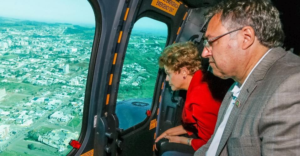 27.abr.2015 - A presidente Dilma Rousseff sobrevoa o município de Xanxerê, em Santa Catarina, e observa os estragos provocados pelo tornado que devastou a cidade do interior catarinense (situada a 551 km de Florianópolis), na última segunda-feira (20). De acordo com o último balanço da Defesa Civil, 4.275 pessoas estão desalojadas e há 539 desabrigadas em Xanxerê, por conta dos ventos que ultrapassaram a velocidade de 250 km/h