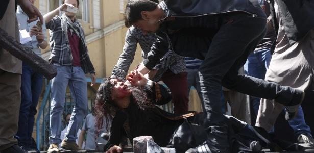 Artistas afegãos encenam o linchamento de Farkhunda, de 27 anos, em um protesto contra a morte da mulher, no dia 27 de abril, em Cabul. Farkhunda foi morta em março em frente à polícia após ser acusada, injustamente, de queimar o Alcorão, livro sagrado para os mulçumanos