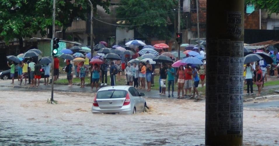 27.abr.2015 - Fortes chuvas alagam ruas do bairro do Bom Juá, próximo à estação de metrô Bom Juá, em Salvador (BA), nesta segunda-feira (27). A capital baiana também registrou deslizamento de terra, que deixou vários mortos
