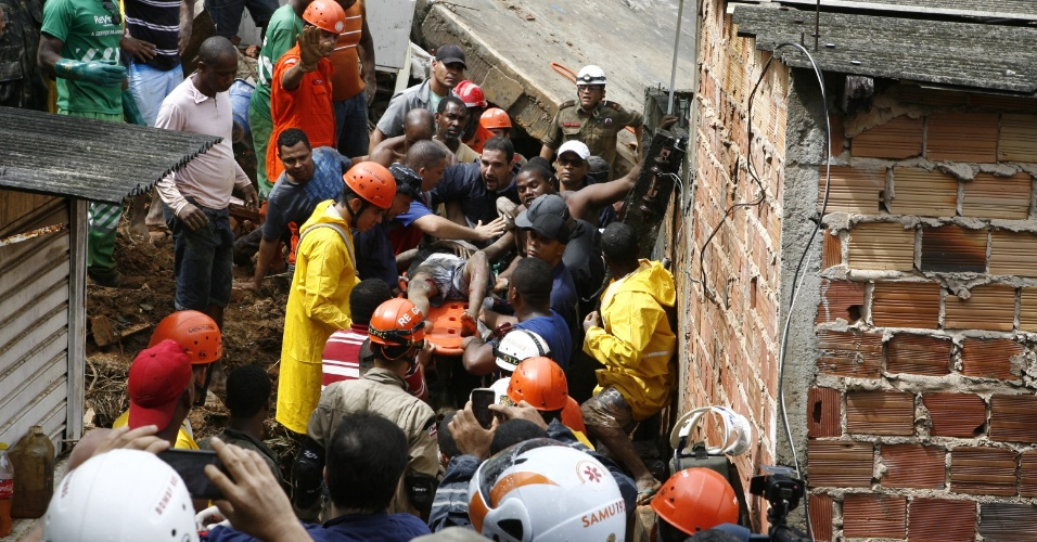 27.abr.2015 - Jovem de 16 anos é resgatado com vida após passar mais de cinco horas soterrado, nesta segunda-feira (27), em Salvador (BA). A capital baiana foi atingida por fortes chuvas desde a madrugada. Onze pessoas morreram vítimas de deslizamentos de terra