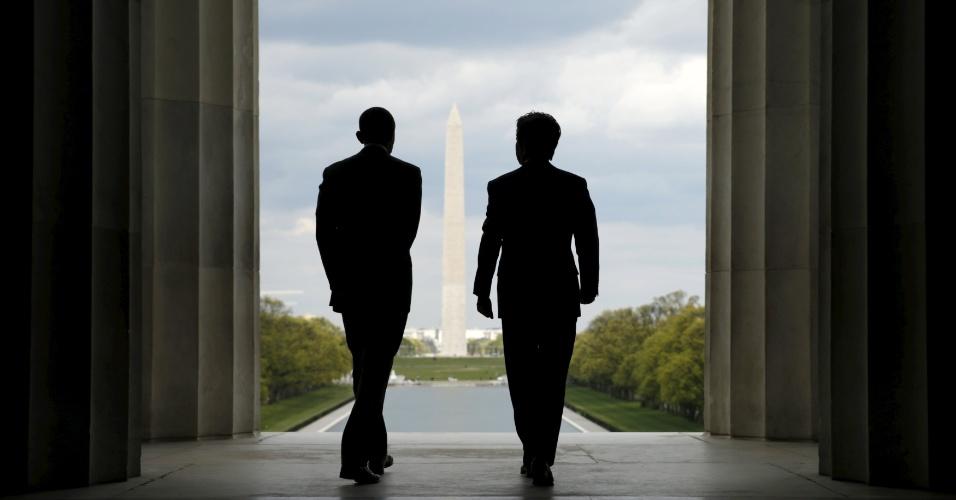 27.abr.2015 - O presidente dos Estados Unidos, Barack Obama, e o primeiro-ministro do Japão, Shinzo Abe, visitam o Lincoln Memorial, em Washington (EUA), nesta segunda-feira (27). Abe faz visita oficial de uma semana nos EUA