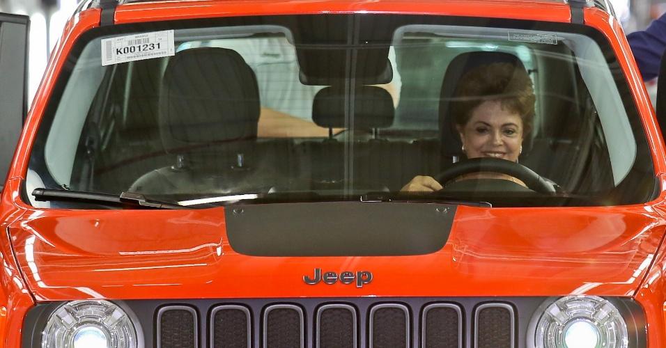 28.abr.2015 - A presidente Dilma Rousseff segura o volante de um jeep durante inauguração de fábrica da montadora pertencente ao grupo Fiat Chrysler Automobiles, em Goiana, Pernambuco, nesta terça-feira (28).