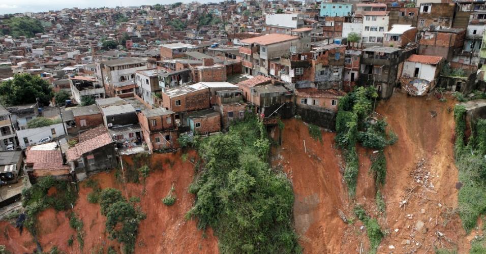28.abr.2015 - Autoridades do governo baiano sobrevoaram a capital Salvador nesta terça-feira (28), após uma forte chuva que atingiu a cidade na última segunda-feira (27). Até o momento foram confirmadas 14 mortes e uma pessoa continua desaparecida