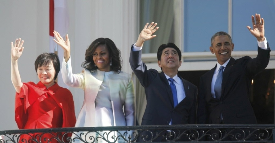 28.abr.2015 - O presidente dos EUA, Barack Obama, e o primeiro-ministro japonês, Shinzo Abe, ao lado das respectivas mulheres Michelle Obama e Akie Abe, acenam da Casa Branca, em Washington (EUA). Durante a visita, Obama descreveu a parceria dos Estados Unidos com o Japão como