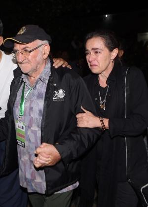 Angelita, prima do brasileiro Rodrigo Gularte, chora após a execução, ao lado do padre Charlie Burrows