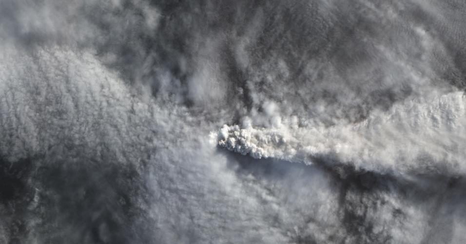 29.abr.2015 -  Imagem de satélite feita pelo Observatório da Terra, pertencente à Nasa (agência espacial americana), registra fumaça sendo expelida pelo vulcão Calbuco no sul do Chile. A foto foi feita no dia 25 de abril e divulgada nesta quarta-feira (29)