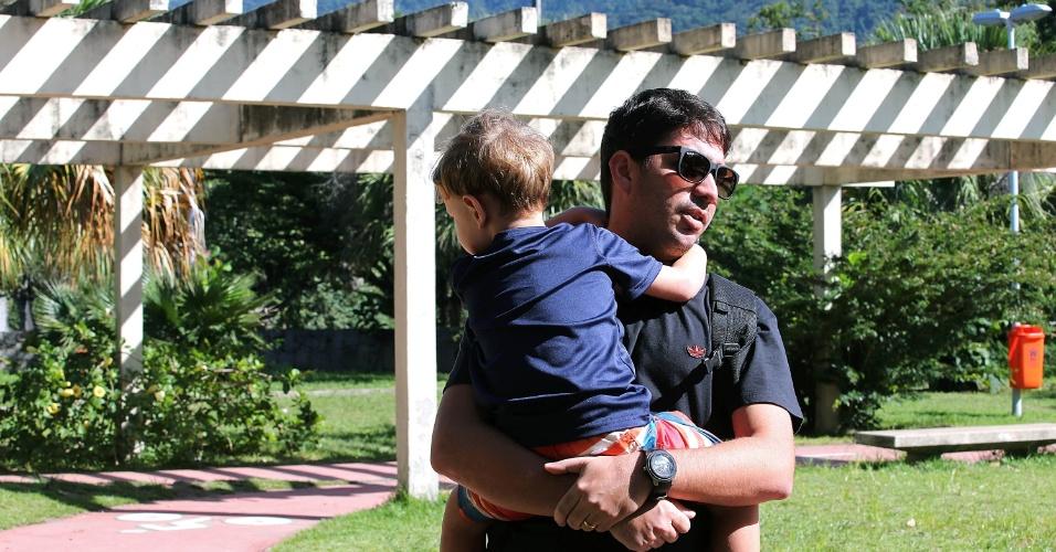 29.abr.2015 - Roberto Duarte, 32, costuma levar o filho, Bernardo, 3, para brincar no Parque dos Patins, na Lagoa. Segundo ele, que disse frequentar o local há três anos, o clima de insegurança na região é constante.
