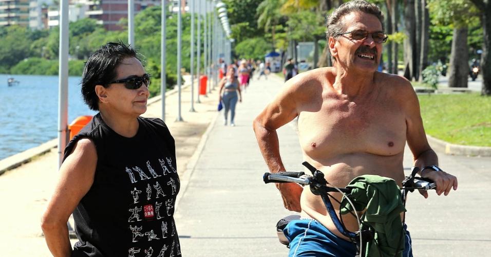 29.abr.2015 - A aposentada Nilza Moreno (à esquerda), 68, afirmou já ter sofrido uma tentativa de assalto quando realizava uma caminhada matinal.