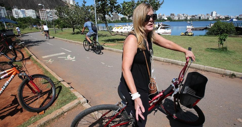 29.abr.2015 - O clima de insegurança na Lagoa está alterando a rotina de quem frequenta o local. É o caso da arquiteta Gisele Carvalho, 55, que passou a alugar bicicletas em vez de utilizar o próprio veículo.