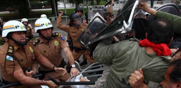Policiais durante confronto com professores em Curitiba