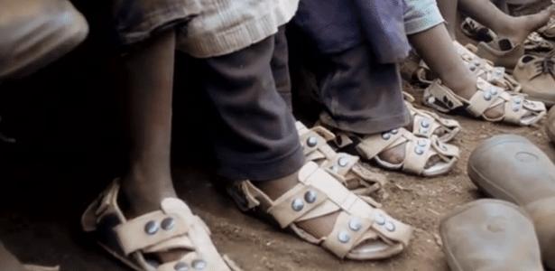 """""""Sandália que cresce"""" criada por ONG foi pensada para crianças de Nairóbi, no Quênia"""