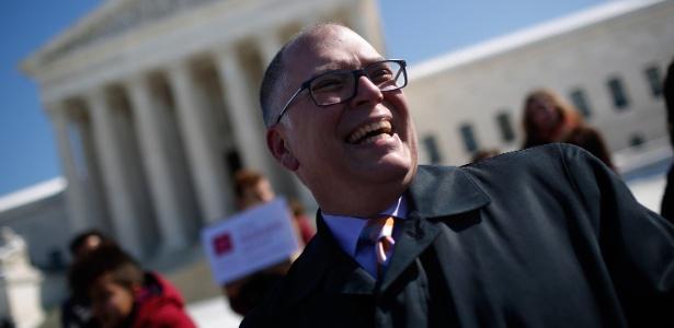 Jim Obergefell, que cuidou do marido John até que ele morresse, está no centro de ação que tramita na Suprema Corte americana