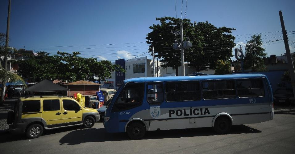 28.abr.2015 - Ônibus da Polícia Militar estaciona em rua na comunidade Praia de Ramos, no Complexo da Maré, na zona norte do Rio de Janeiro. A favela vai receber a primeira UPP (Unidade de Polícia Pacificadora) da Maré