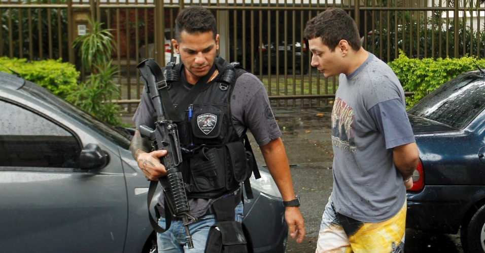30.abr.2014 - Um policial militar foi preso nesta quinta-feira (30), no Rio de Janeiro, sob suspeita de participar de uma milícia (organização criminosa) que atua no bairro de Campo Grande, na zona oeste da capital fluminense. O nome do PM não foi divulgado. A prisão ocorreu durante operação da Divisão de Homicídios da Polícia Civil