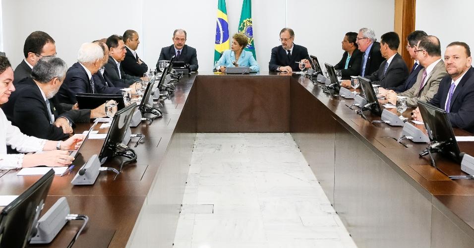 30.abr.2015 - A presidente Dilma Rousseff participou de uma reunião nesta quinta-feira (30), em Brasília, com representantes das centrais sindicais para debater o projeto de lei da terceirização