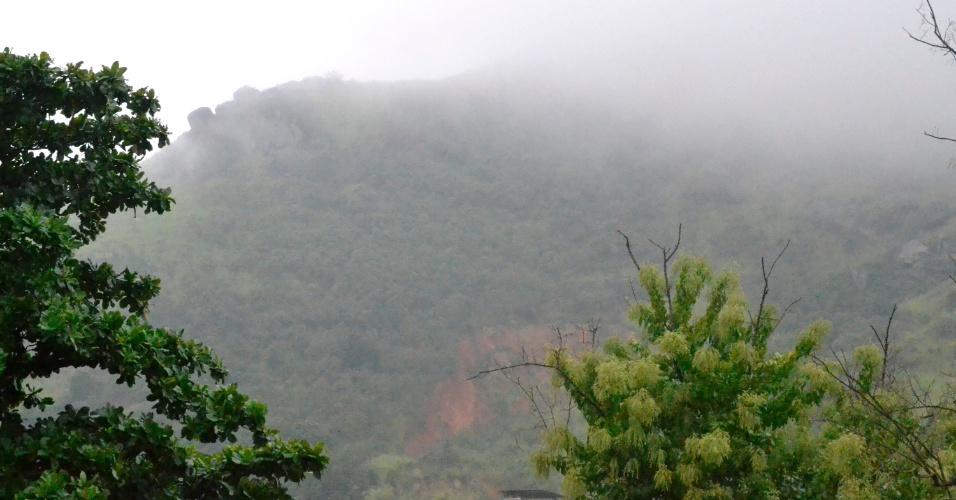 30.abr.2015 - O Rio de Janeiro amanheceu nesta quinta-feira (30) com chuva e forte neblina em alguns pontos da cidade, como em Jacarepaguá, na zona oeste da capital fluminense. O mau tempo provocou o fechamento do Aeroporto Santos Dumont, no centro da cidade, para pousos e decolagens. Segundo a Infraero, o aeroporto fechou às 8h50 para pousos, e às 9h08 para decolagens