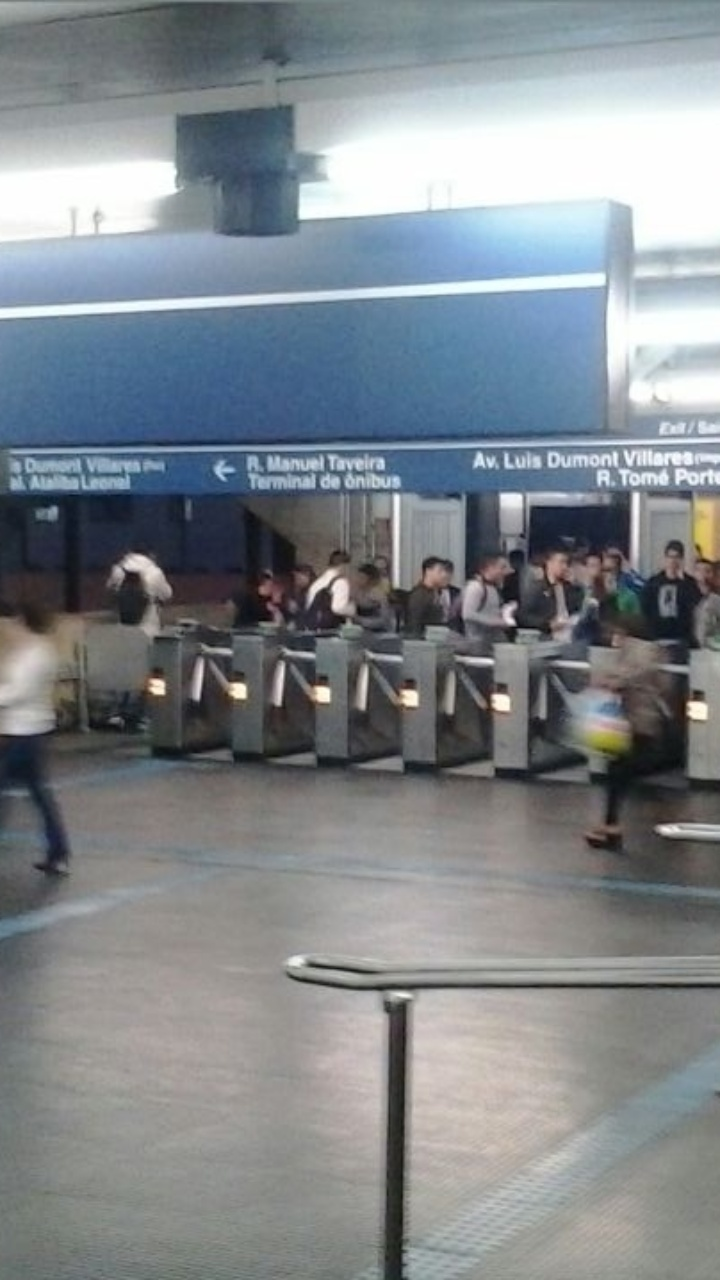 30.abr.2015 - Uma falha na Linha Azul do Metrô deixou usuários