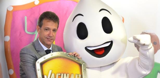 O ministro da Saúde, Arthur Chioro, disse que não faltará dose de vacina contra gripe em nenhum posto de saúde brasileiro. A Campanha de Vacinação contra a Gripe, que começa na próxima segunda-feira (4), em todo o país, foi antecipada em uma semana em razão das temperaturas mais baixas registradas. Na primeira semana, alguns postos em Caxias e em Uruguaiana, por exemplo, tiveram seu estoque esgotado