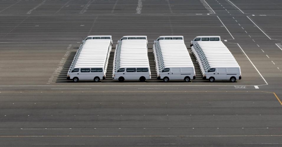 1.mai.2015 - Falha em Matrix? Vans estacionadas na fábrica da Nissan no sul de Tóquio criam imagem bizarra (e hollywoodiana!)