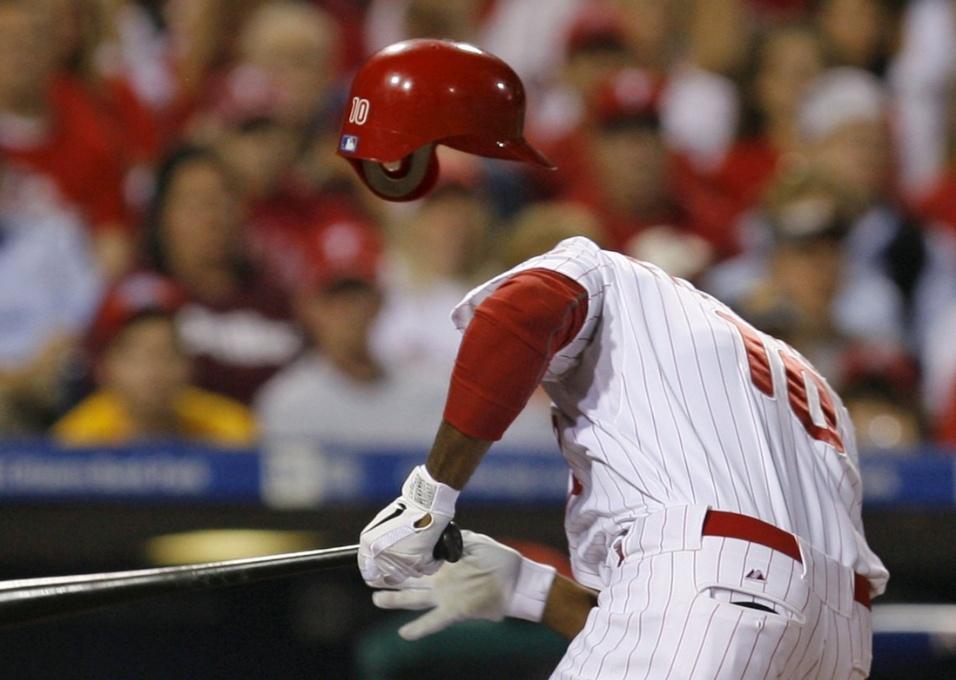 1.mai.2015 - Homem invisível resolveu jogar beisebol no Philadelphia Phillies Ben Francisco, time de Filadélfia, na Pensilvânia (EUA)