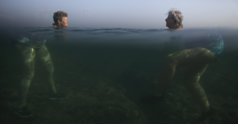 1.mai.2015 - Mulheres ''gigantes'' nadam no mar em Havana, Cuba