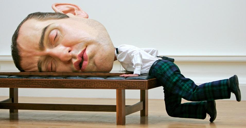 1.mai.2015 - Segurança ''cabeção'' resolve tirar uma soneca durante a exposição do escultor Ron Mueck em Edinburgh, na Escócia