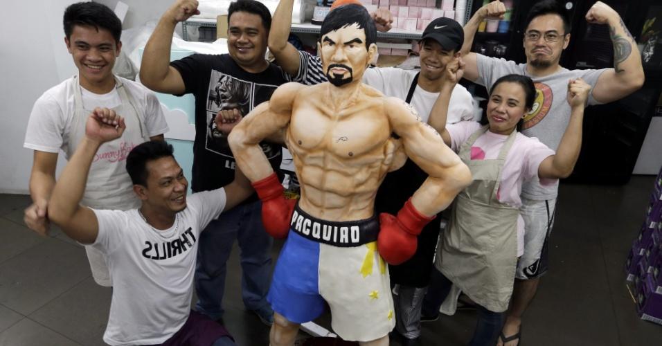2.mai.2015 - Confeiteiros filipinos posam ao lado de um bolo em tamanho natural do boxeador Manny Pacquiao, ídolo no país, em Quezon, ao leste de Manila