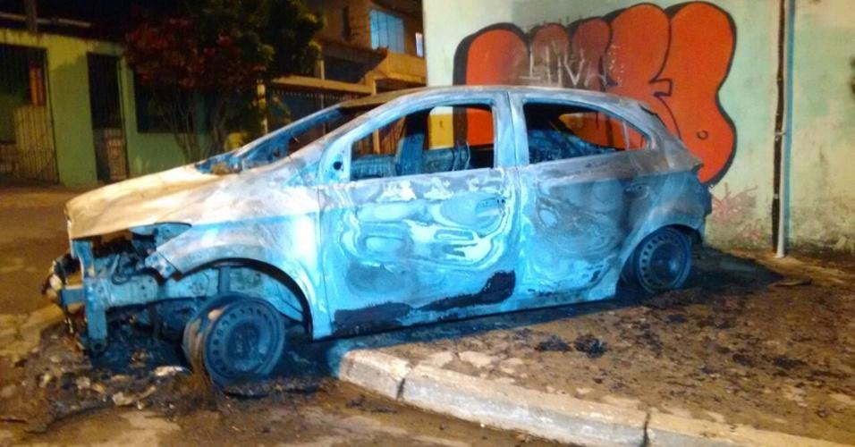 2.mai.2015 - Um carro foi incendiado na madrugada deste sábado (2), em Cidade Tiradentes, na zona leste de São Paulo, depois da morte de um jovem por policiais militares. De acordo com a PM, o rapaz e outros dois colegas estavam em um veículo furtado. Os policiais perseguiram e atiraram no trio. Os outros dois jovens ficaram feridos e foram encaminhados a hospitais da região. Revoltados, moradores do bairro bloquearam ruas e incendiaram pedaços de madeira e pneus. A Polícia Militar lançou bombas de efeito moral, gás lacrimogêneo e balas de borracha contra os manifestantes