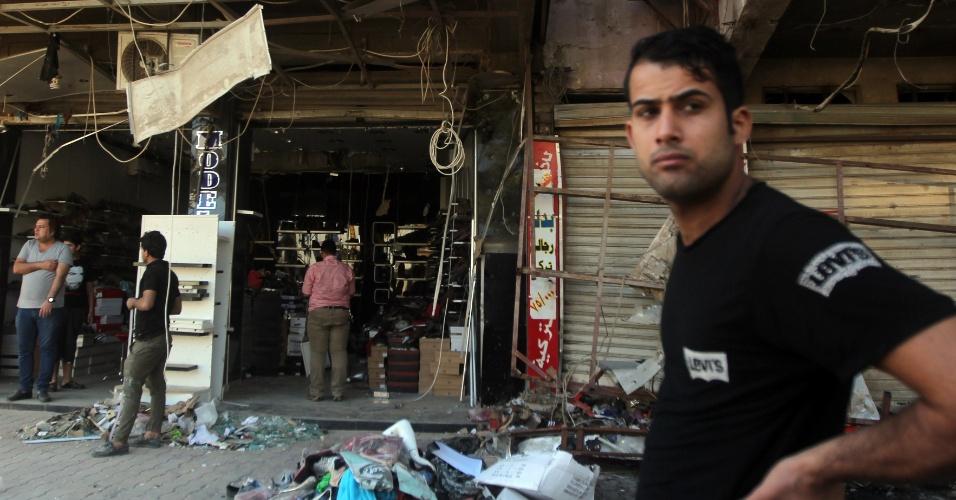 3.mai.2015 - Um carro-bomba explodiu neste domingo (3) em Bagdá, capital do Iraque. Pelo menos três pessoas morreram após o atentado que aconteceu na região de Karrada, conhecida por abrigar diversas lojas e restaurantes