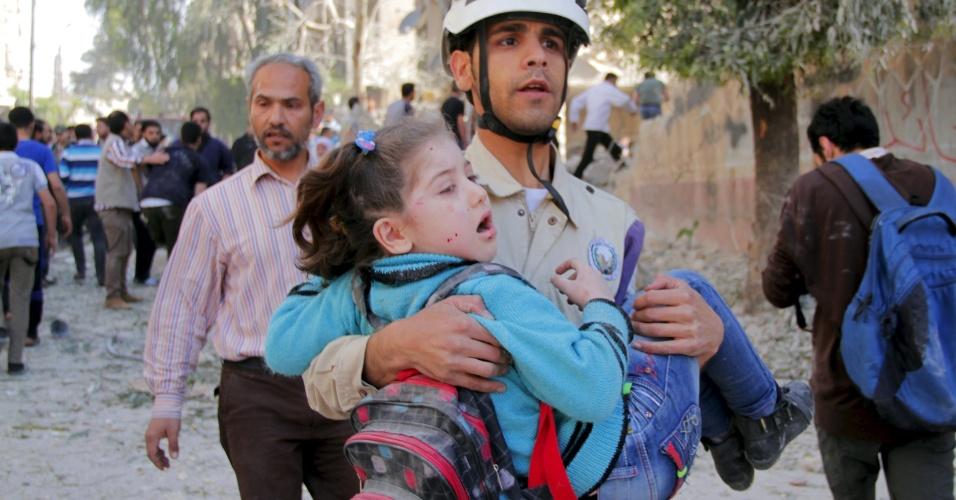 3.mai.2015 - Uma criança é resgatada dos escombros de uma escola após um bombardeio que, segundo ativistas, foi realizado por forças leais ao presidente sírio Bashar al-Assad, neste domingo (3), nas proximidades da cidade de Aleppo. Além de uma escola, ativistas dizem que o bombardeio atingiu um prédio residencial