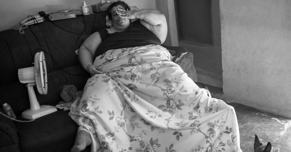 Andrea Guimarães, 45, tem obesidade mórbida. Ela pesa 215 quilos e tem dificuldade para caminhar. A sua vida se resume ao sofá da sala de casa em que dorme e faz as refeições