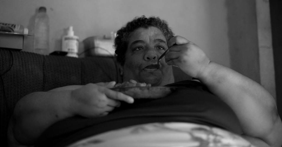"""Andrea precisa emagrecer ao menos 80 quilos para realizar a operação de redução do estômago com segurança. """"Agora que é fim do mês o almoço acaba sendo o que tem, hoje é arroz e linguiça, ontem também foi"""", diz"""