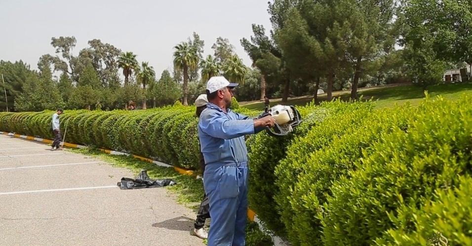 6.mai.2015 - Funcionários aparam e cuidam de plantas no hotel