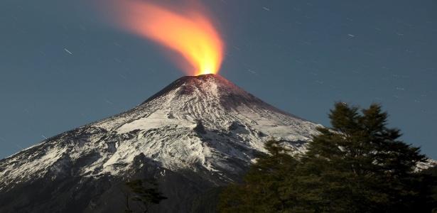 Vulcão Villarrica, no Chile, apresenta pequena erupção
