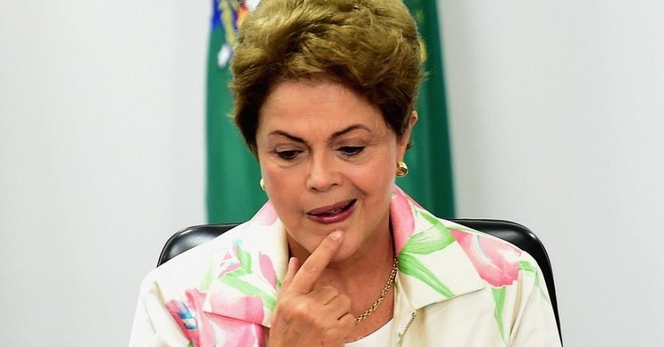 7.mai.2015 - A presidente Dilma Rousseff gesticula durante reunião com membros da Fundação da ONU (Organização das Nações Unidas) no Palácio do Planalto nesta quinta-feira (7). Dilma não irá participar das comemorações dos 70 anos do fim da 2ª Guerra Mundial nesta sexta-feira (8), no Rio de Janeiro
