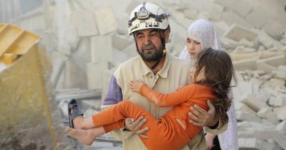 7.mai.2015 - Homem retira uma menina de escombros após um bombardeio de forças leais ao ditador sírio Bashar Assad, em Aleppo, Síria