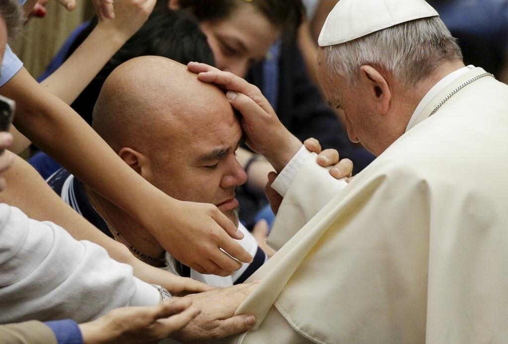 7.mai.2015 - Papa Francisco abençoa fiel durante uma reunião especial com a dirigentes esportivos e atletas da região do Lazio, no Vaticano