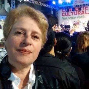 Íria Mara de Marco Silva, 51, teve diagnóstico positivo para síndrome de burnout. Na foto, feita no ano passado, a hoje professora aposentada por invalidez assiste a um show em Curitiba (PR)