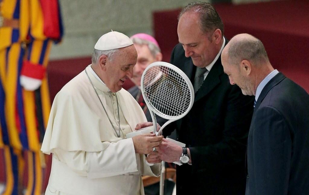 8.mai.2015 - O papa Francisco recebe uma raquete do presidente da Federação Italiana de Tênis, Angelo Binaghi (c), durante uma audiência no Vaticano
