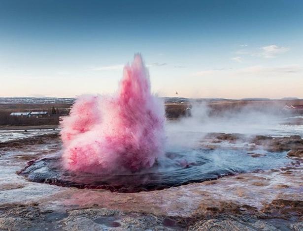 O artista chileno Marco Evaristti, que causou polêmica ao tingir um famoso gêiser da Islândia de rosa, foi multado em 100 mil coroas islandesas (R$ 2,3 mil)