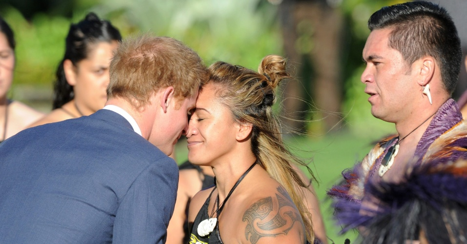 9.mai.2015 - O príncipe Harry faz saudação maori (toca o nariz com o nariz) com uma membro do Grupo Cultural Maori durante cerimônia oficial de boas-vindas na Casa do Governo, em Wellington, em Nova Zelândia, neste sábado (9). O príncipe chegou a Wellington para iniciar uma visita de oito dias no país, onde aprenderá a fazer uma dança de guerra maori e assistirá a um jogo de rugby