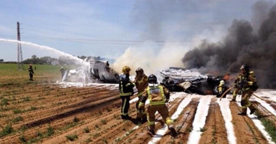 9.mai.2015 - Um avião de transporte militar caiu próximo ao aeroporto de Sevilha, no sudoeste da Espanha, neste sábado (9), matando todos os seus 10 tripulantes. A aeronave fazia provas de voo no aeroporto. Não se sabe ainda se há outros atingidos