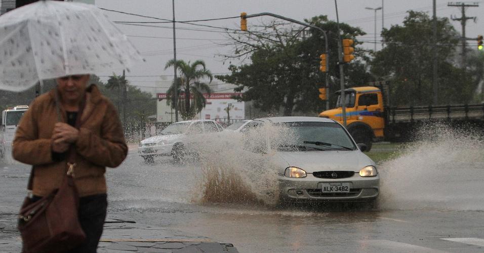 11.mai.2015 - O dia amanheceu com fortes chuvas em Porto Alegre. Ruas ficaram alagadas prejudicando o trânsito. A sensação térmica chegou aos 12,6ºC na capital gaúcha