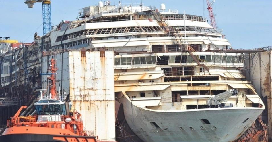 11.mai.2015 - O navio Costa Concordia, que naufragou em janeiro de 2012 na ilha italiana de Giglio, causando a morte de 32 pessoas, iniciou nesta segunda-feira (11) o deslocamento do estaleiro de Prà Voltri, de Gênova, para outro píer próximo, onde terminará de ser desmontado