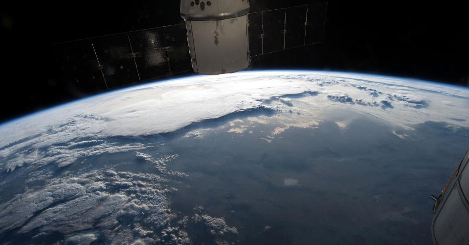 12.mai.2015 - A partir da Estação Espacial Internacional (ISS, na sigla em inglês), o astronauta da Nasa Terry Virts fotografa o nascer do sol sobre o Grand Canyon, nos Estados Unidos. Ele postou a imagem nas redes sociais em 10 de maio. Uma vez que a estação completa cada viagem ao redor do globo em cerca de 92 minutos, a equipe experimenta 16 amanheceres e entardeceres por dia