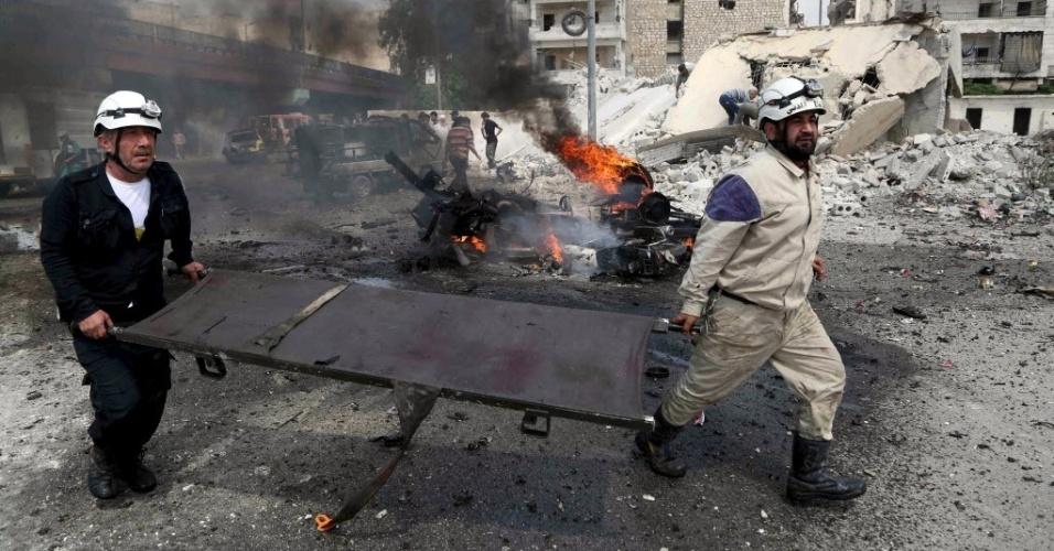 12.mai.2015 - Membros da Defesa Civil vão para uma estação de ônibus em Aleppo onde uma bomba lançada pelas forças leais ao ditador da Síria, Bashar Assad, explodiu