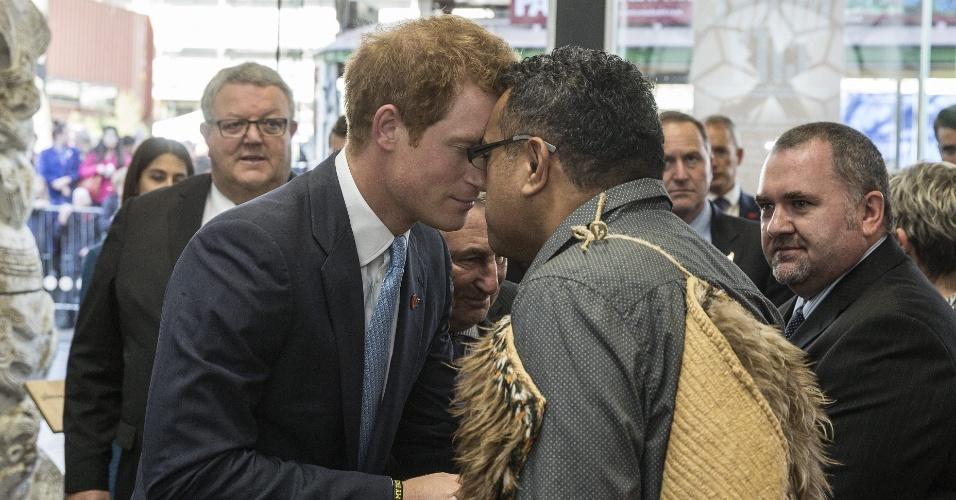 12.mai.2015 - O príncipe Harry, do Reino Unido, recebe a tradicional saudação maori em sua chegada ao Museu do Terremoto, na cidade de Christchurch, na Nova Zelândia, durante visita oficial de uma semana ao país