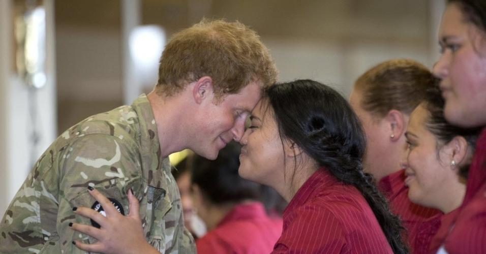 13.mai.2015 - O príncipe Harry recebe um